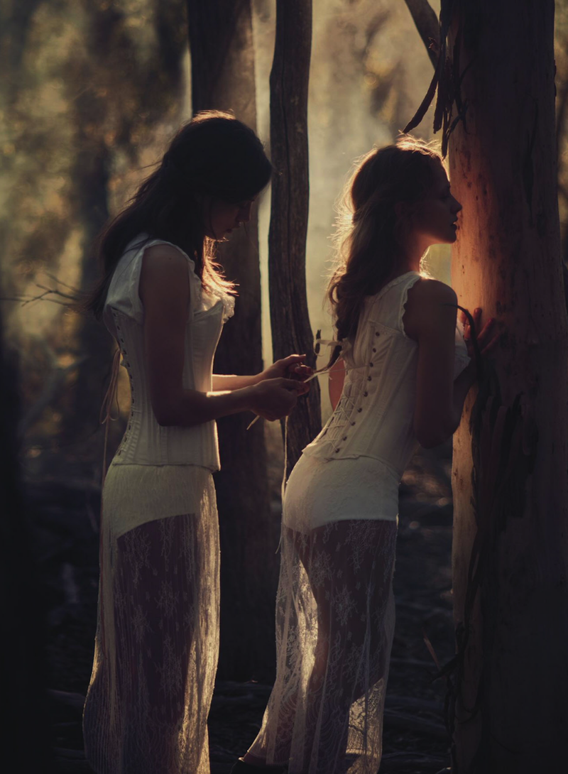 Teresa Palmer & Phoebe Tonkin
